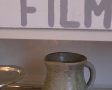 Ein verregneter Sonntag, eine weiße Holzkiste, Acryl-Farbe und Buchstabenschablonen