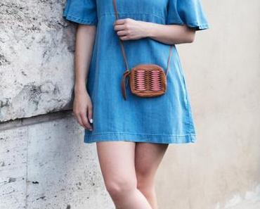 Zara Jeans-Kleid, UGG Sandalen und Topshop Tasche