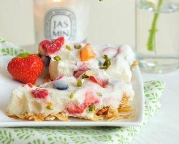 White Dinner: Frozen Yogurt Bars auf Müsliboden mit Sommerfrüchten und Pistazien