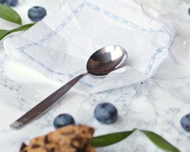 Milchmädchen-Eis durchzogen mit Blaubeeren & knusprigen Cookies