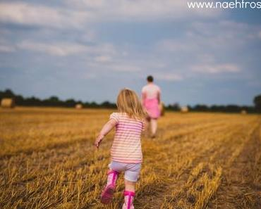 Mama-Tochter-Partnerlook und Heubälle