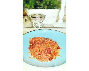 Zucchini-Möhren-Spaghetti in einer Joghurtsauce mit Tomaten und Rote Bete