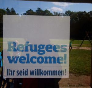 Das Plakat-Refugees Welcome-muss vorerst ab-Elterninitiative im Entscheidungsprozess