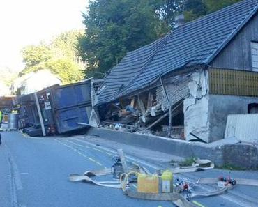 Schwerer Verkehrsunfall Borbecke – LKW kippt auf Wohnhaus