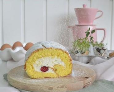 Biskuitrolle gefüllt mit Himbeeren und Sahnecreme / Biscuit Roll filled with Raspberries and Whipped Cream