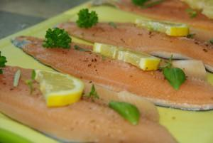 Gegrilltes Filet von der Lachsforelle mit Grillgemüse und einem kräftigen Chardonnay