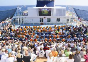 Mein Schiff Gäste jubeln beim Public Viewing auf hoher See – Fußball-Europameisterschaft 2016 mit prominenten Experten erleben