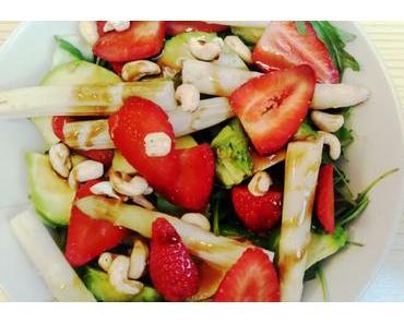 Frühlingssalat mit weißem Spargel.