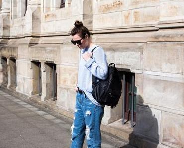 Destroyed Mom-Jeans mit dem Adidas Superstar