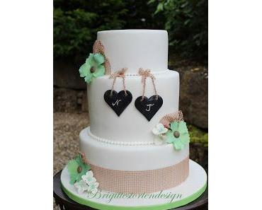 Hochzeitstorte mit handgemachten mintgrünen Blumen und Hortensien