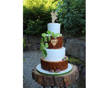 Rustikale Hochzeitstorte mit Holzoptik und Gingkoblättern