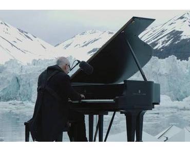 Ludovico Einaudi spielt Klavier vor schmelzendem Gletscher