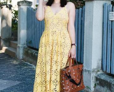 Outfit mit Spitzenkleid, Espadrilles und Strohhut