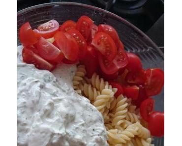 Tzatziki-Nudelsalat mit Tomaten
