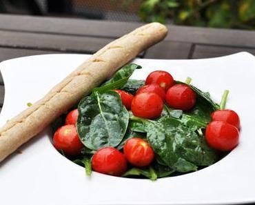Spinatsalat mit Dinkel-Knoblauchstangerl