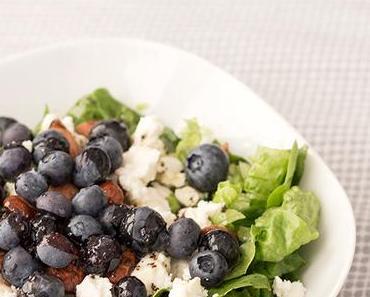 Rezept: Salat mit Blaubeeren, Mandeln und Mohndressing