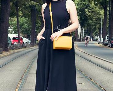 Outfit mit Schwarzem Kleid und Ganni Lennox Bag
