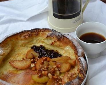 Ofenpfannkuchen mit Ahornsirup glasierten Äpfeln / Dutch Baby Pancake with Maple Syrup Glazed Apples (Deutsch & English)