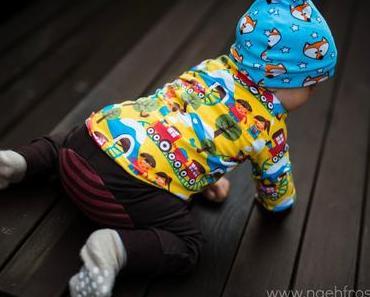 Eisenbahnshirt und Monkeypants an Sitz-Baby