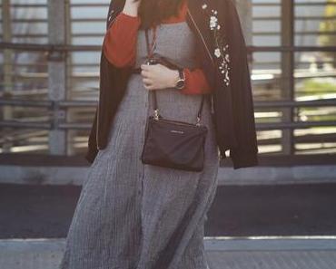 Vichy Karo Blusenkleid Outfit mit Pantoletten und Blumenprint Blouson