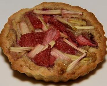 Nusstörtchen mit Rhabarber und Erdbeeren (vegan)
