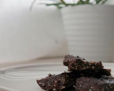 Lecker und gesund: Raw Brownies mit Kokos-Schoko Frosting