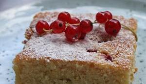 Gâteau pommes citron avec rhubarb groseilles