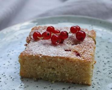 Gâteau aux pommes et au citron avec rhubarb et groseilles