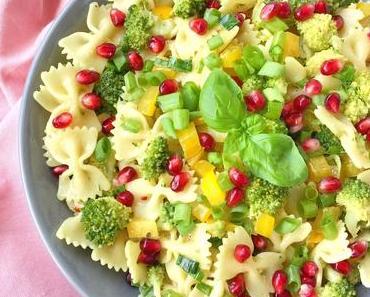 Sommerlicher Nudelsalat mit Brokkoli & Granatapfel