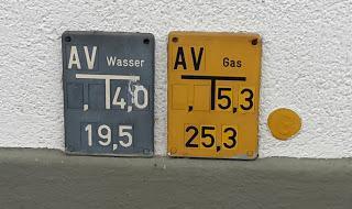 Was bedeuten blaue / gelbe Schilder mit der Aufschrift Wasser / Gas?