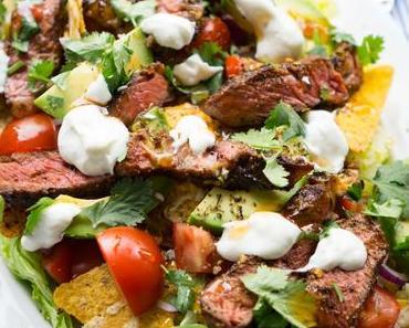 Tex-Mex-Salat mit Nachos und Steak