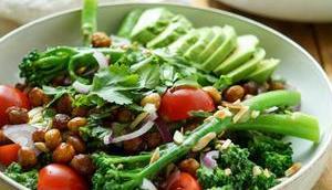 Bimi-Brokkoli gerösteten Kichererbsen Tahin-Dressing