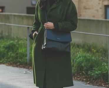 Herbst Outfit mit grünem Mantel, Matt & Nat Wapi Bag und Adidas Superstar Sneakers