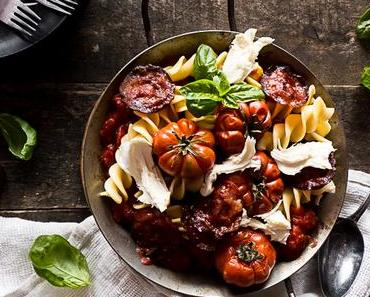 Fusilli Giganti mit Rotwein-Ofen Tomaten und Chorizo Chips