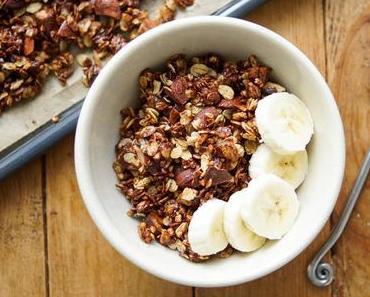 Knuspriges Gerste Granola mit Mandeln und dunkler Schokolade