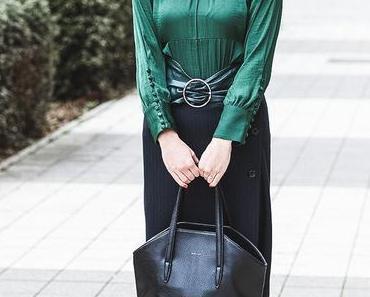 Winter Outfit mit gestreiftem Midirock, Blusenkleid und & Other Stories Samt-Boots