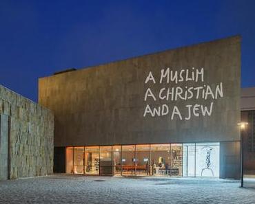 """Fassadenprojektion zur Ausstellung """"A Muslim, a Christian and a Jew. Eran Shakine"""""""