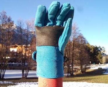 Der blaue Handschuh auf der Schneestange