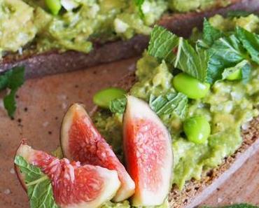 Avocadotoast mit Minze, Feta und Feigen/ Avo Toast with Mint, Feta and Figs (German & English)
