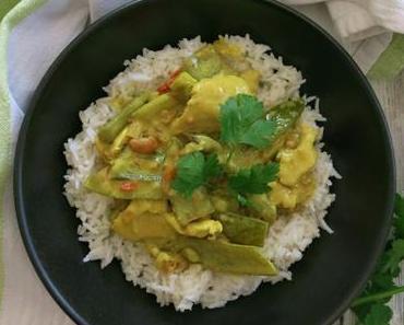 Limetten-Erdnuss-Curry mit grünem Spargel und Hühnchen
