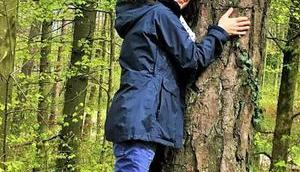 Wald: Bäume umarmen entspannt macht glücklich