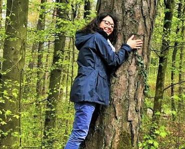 Ab in den Wald: Bäume umarmen entspannt und macht glücklich