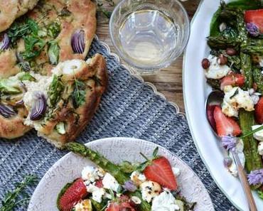 UND DAZU BLANCHET! Was für ein Frühlingsfest – Spargel-Focaccia mit Spargel-Erdbeer-Salat und gebackenem Ricotta
