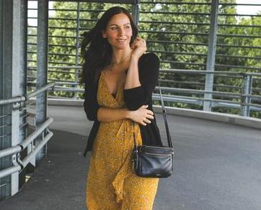 Sommeroutfit mit geblümtem Kleid im Wrap-Dress-Stil, Flattered Sandalen und Fossil Tasche