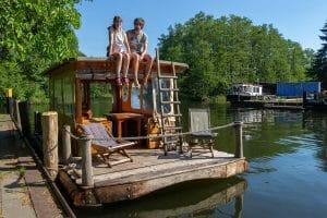 Mit einem Floß unterwegs in Deutschlands Seenland (mit Video)