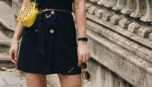 #basicblack Outfit schwarzem Safari-Kleid Ananas Bauchtasche, Mules Goldabsatz neuem Short