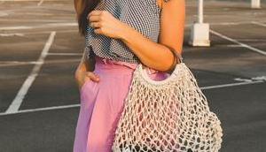 Streetstyle Outfit kariertem pinker Hose Rüschendetails