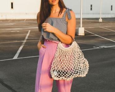 Streetstyle Outfit mit kariertem Top und pinker Hose mit Rüschendetails