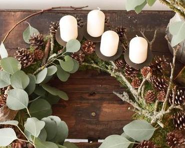 Adventskranz aus Moos, Eukalyptus, Zapfen und Holz