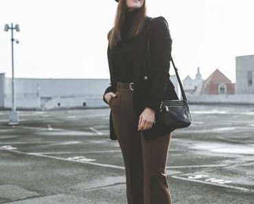 Easy Chic Style: Winter Outfit mit Bundfaltenhose, schwarzem Baskenmütze und elegantem Blazer